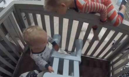 Урнебесно видео -Кога поголемиот брат му помага на помалиот да излезе од креветчето