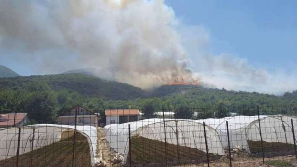 Беснее пожар над селата Баница и Водоча