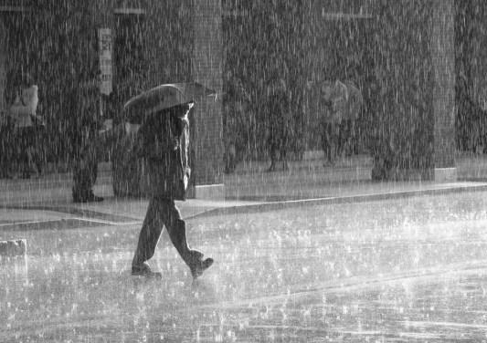 Утре пороен дожд, грмежи и силен ветер