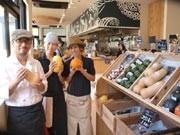 色とりどりの新鮮なエコ野菜が並ぶ「八百屋カフェ・ヤサイクル」店内(横須賀経済新聞ホームページより)
