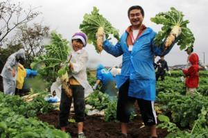 待ちに待ったダイコンの収穫!(2011年度の体験の様子、神奈川県ホームページより)