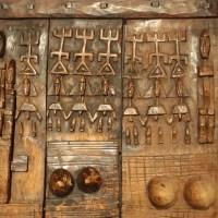 Geschnitztes Holztor