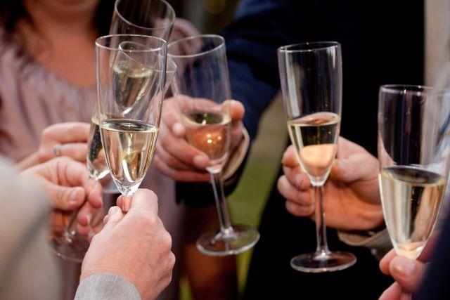 パーティーで乾杯する男女