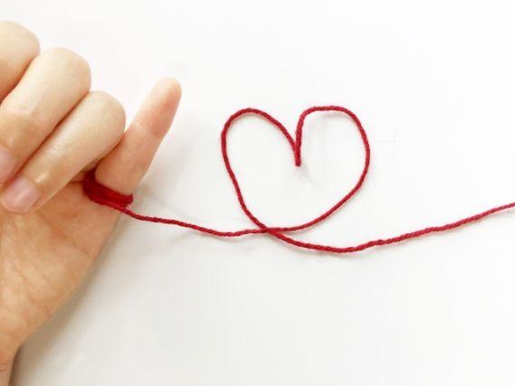 小指に付いた赤い糸