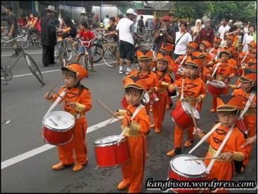 parade marching band anak-anak tk di car free day sragen