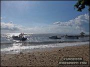 banyak kapal kapal wisata yang berada di pantai sanur bali