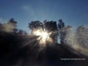 sinar matahari yang masuk telaga ranu pani kaki gunung semeru