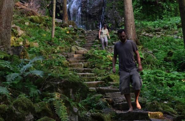 Menschen am Kraftort Wasserfall