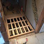 階段下収納の床施工