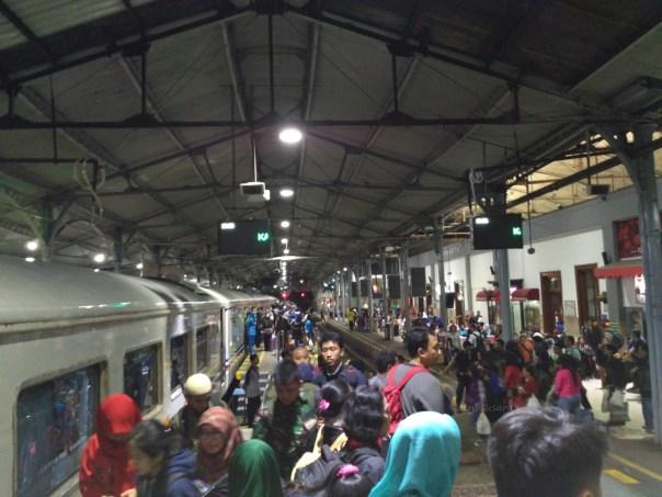 kereta-api-ekspress-lodaya-malam-solo-balapan-yogyakarta-tugu-bandung-hall-2