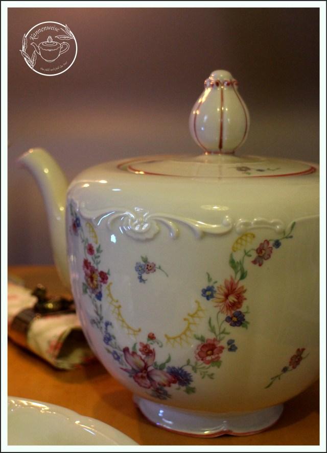 Teekanne Königlich privilegiert Tettau Blumenranke Dekor