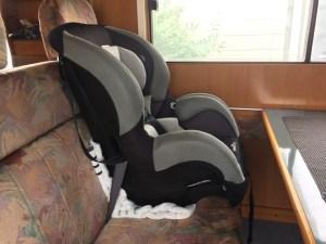 二点式シートベルトのキャンピングカーにイーブンフロー(evenflo)チャイルドシート シェアライドを取り付け