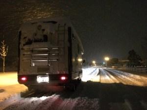 2WDキャンピングカーZILの夜間雪道走行 キャンピングカーレンタル滋賀