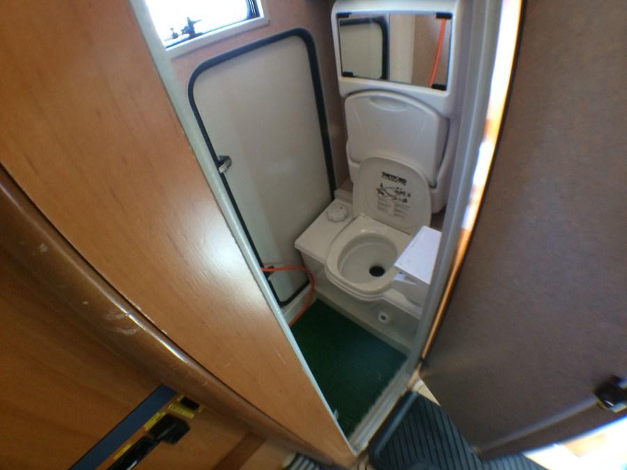 レンタルキャンピングカーZILのトイレ