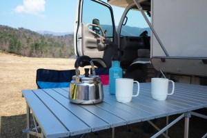 キャンピングカーとテーブルセット コーヒータイム