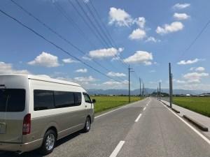 ハイエースキャンピングカーと滋賀の田園の直線道路ドライブ
