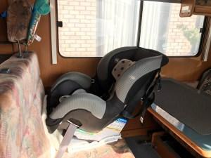 二点式シートベルトのキャンピングカーにイーブンフロー(evenflo)チャイルドシート シェアライドを取り付け 後ろ向け