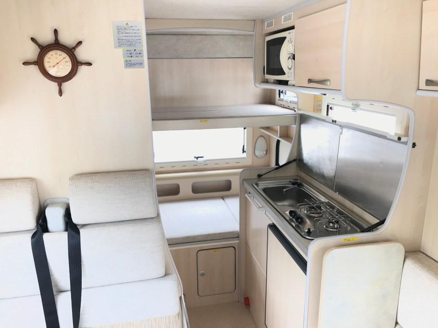 二段ベッドとキッチン部 バンテックコルドバンクス キャンピングカーレンタル滋賀カノアカーレンタル