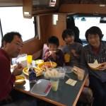 キャンピングカーの中で食事 キャンピングカーバンテックZIL(ジル) 滋賀県長浜市のキャンピングカーレンタル滋賀 カノアカーレンタル