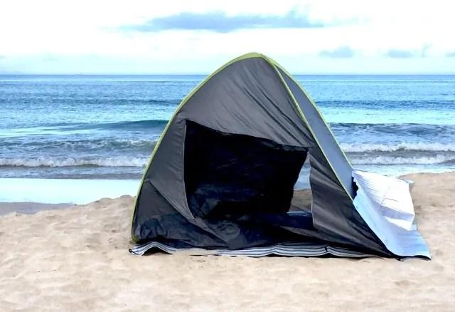キャンプで強風にあおられるテント