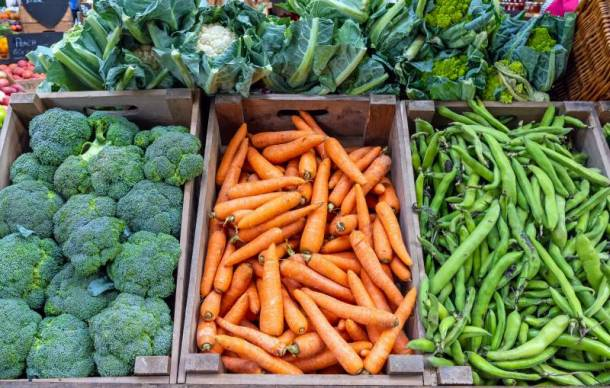 Farmers markets in Kansas City - bins of broccoli, carrots and green beans for sale
