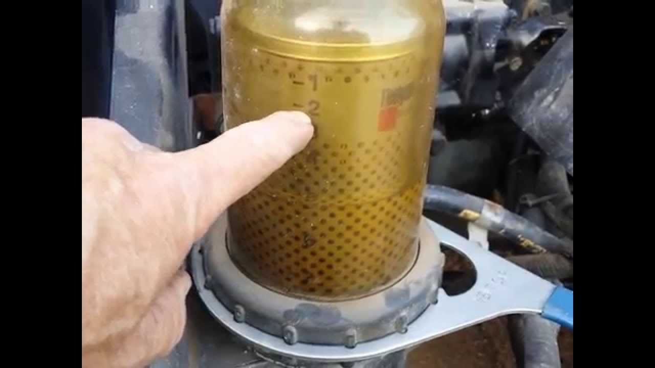 Detroit Diesel 12.7 L engine fuel filter change