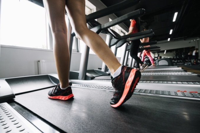 woman-wearing-sneakers-and-using-treadmill_23-2147688026