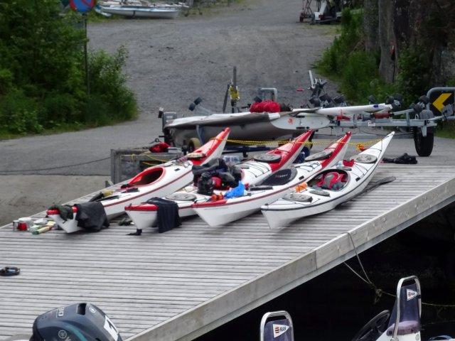 Viele Seekajaks, Kajaks für das Meer, auf dem Steg und fertig gepackt für die Tour.