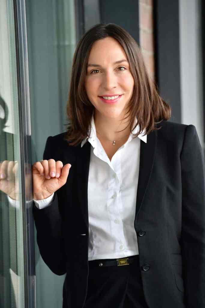 Junge Rechtsanwältin mit weißem Hemd und schwarzem Blazer