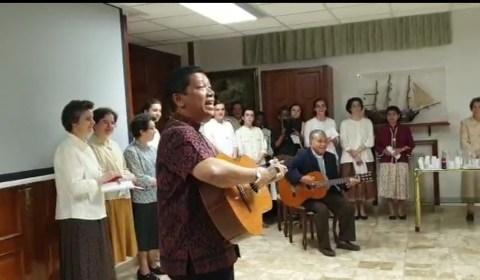 Mgr. Agus dan Mgr. Tri Harsono Bermain Gitar dalam Jamuan Makan Malam di Komunitas L'Opera Della Chiesa