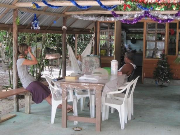 Op bezoek bij vrienden. Hij is mix inheems en creools, zij Nederlands-Surinaams.