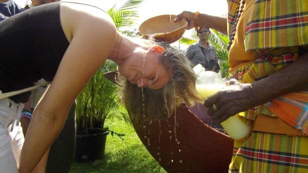 Op oudjaarsdag kun je een wassing ontvangen voor het nieuwe jaar, een gebruik vanuit de Winti-religie.