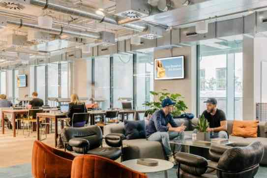 WeWork uses Framen technology to maximize its guest's experience and generate new revenue through external advertisement on its TVs. © Framen