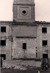 Torre de la parroquia de San Pedro desde la Plaza 6 de diciembre (finales de los años 70)