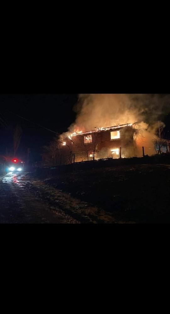 İki katlı ev ve ahır yangında kül oldu