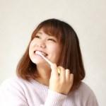 前歯が虫歯に!?茶色く変色する原因と対処法