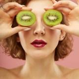 アンチエイジングの効果のある食べ物と食材を食べる女性