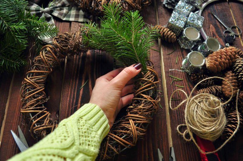 La ghirlanda del nuovo anno fai da te stesso. 12 classi master per la fabbricazione di ghirlande in fase di casa 34