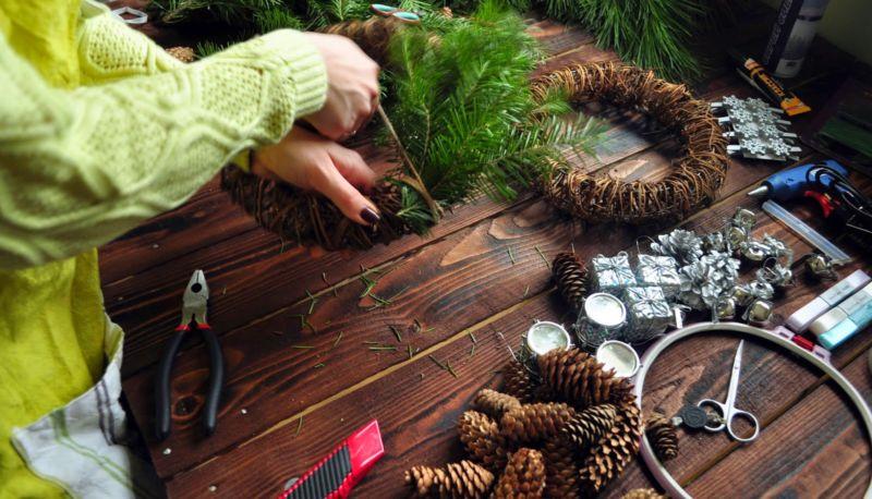 Жаңа жылдық гүл шоқтарын өзіңіз жасайды. Үй сатысында гүл шоқтарын өндіруге арналған 12 шеберлік сабағы 35