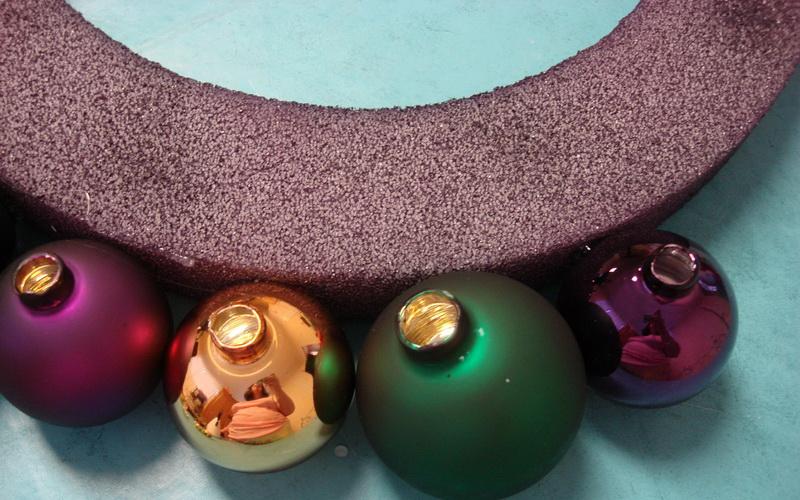 La ghirlanda del nuovo anno fai da te stesso. 12 lezioni master per la fabbricazione di ghirlande nella fase di casa 47