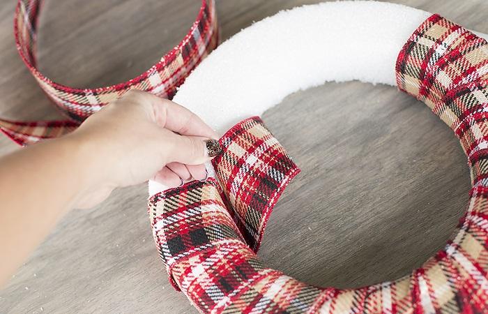 Жаңа жылдық гүл шоқтарын өзіңіз жасайды. Үйде гүл шоқтарын өндіруге арналған 12 шеберлік сабағы 25
