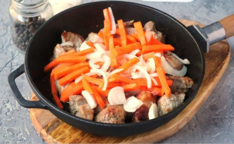 Carne de porco em uma frigideira: 9 Receitas simples e deliciosa Estágio 27