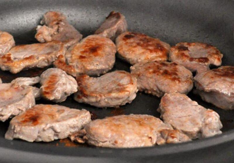 Carne de porco em uma frigideira: 9 Receitas simples e saborosa Estágio 20
