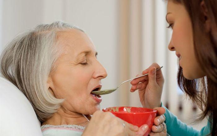 Первое время кормить больного