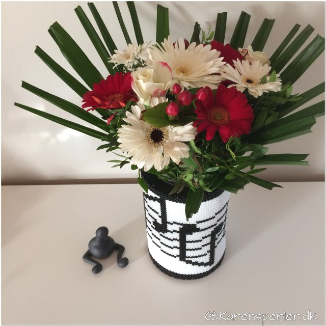 Vase med noder i perler