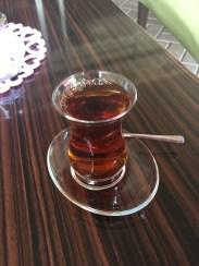 Tässä kahvilassa oli torakka. En kehdannut ottaa siitä kuvaa, joten tässä lasi teetä.