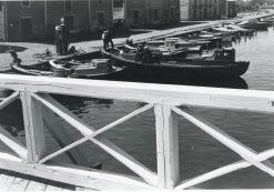 Sorvakon silta oli vielä 1950-luvun alussa puurakenteinen. Vakka-Suomen Myllyn rakennuksiin tulleen Kumi-Vikmanin tarjontaan kuului myös veneiden polttoainemyynti. Kumi-Vikmanin omistajalla, Artur Vikmanilla oli tapana antaa pullo kirkasta ensimmäiselle saaristolaiselle, joka tuli talven jälkeen veneellä hänen rantaansa. Kuvaaja Olavi Ruusuvuori.
