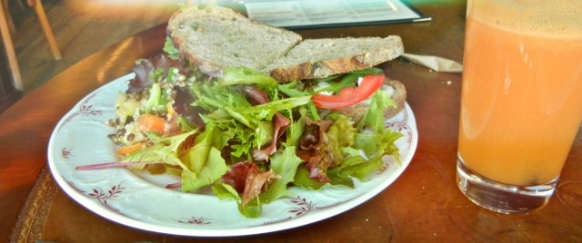 Sandwich and salad 8.50€