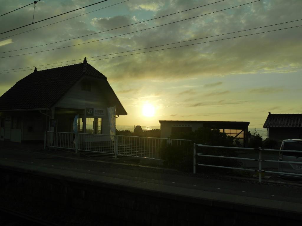 小波渡駅から見える夕日