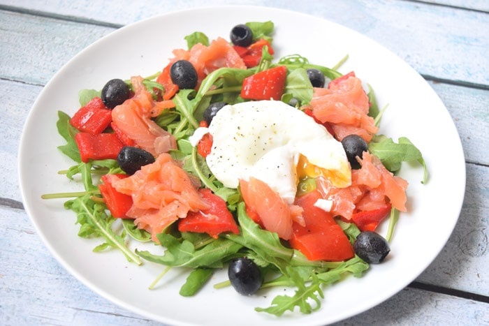 Salade met gepocheerd ei en gerookte zalm - Karlijnskitchen.com